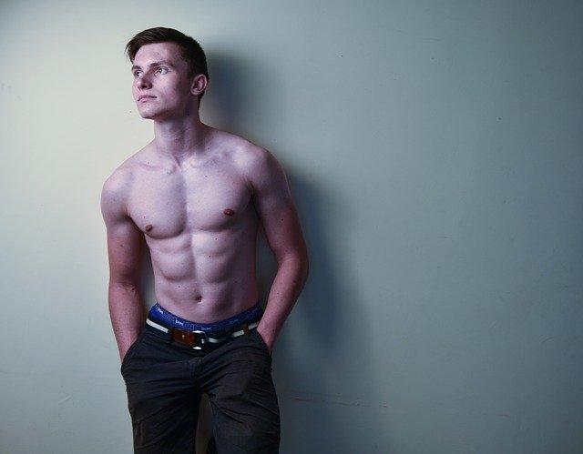 上半身裸の男性