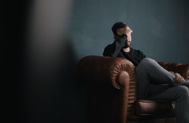 ソファーに1人で座る男性