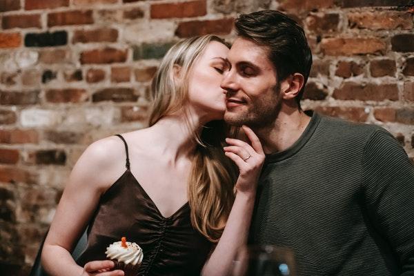 男性にキスするドレスの女