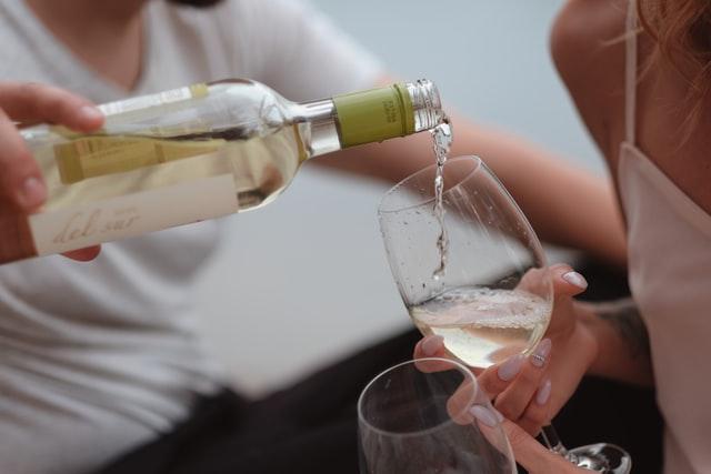 シャンパンを注ぐ男性を注ぐ男性