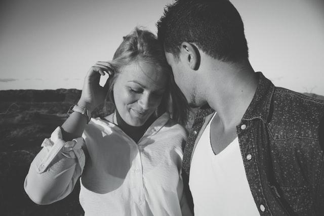 親しそうなカップルのモノクロ写真