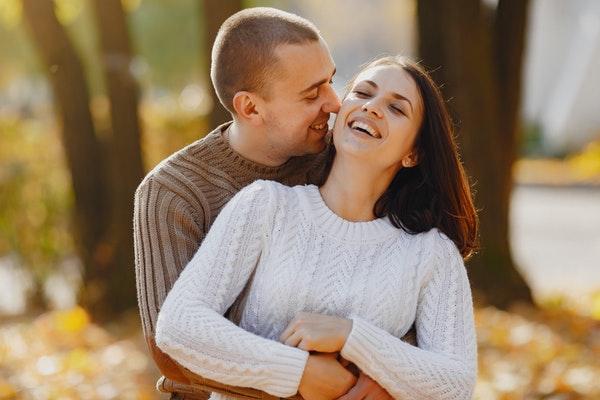 笑って抱き合うカップル