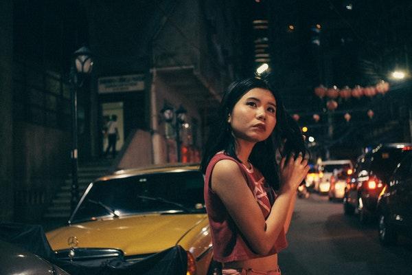 路上に立つアジア人女性