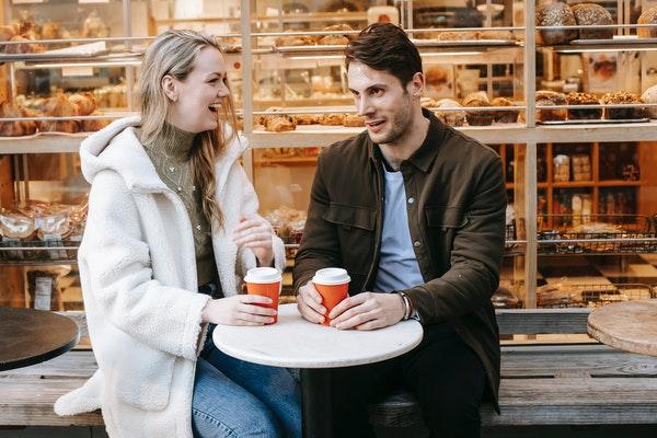 ベーカリーのカフェで楽しそうに話すカップル