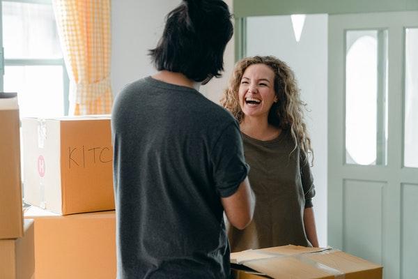 男性へ向けて笑う女性
