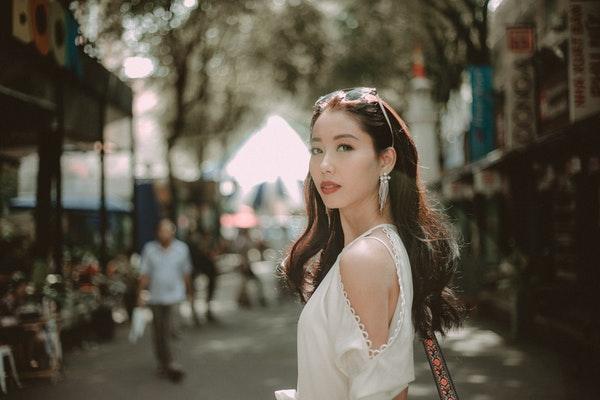 街角に立つ美女