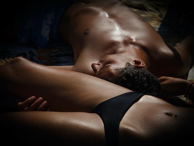 下着で寝ころがってるカップル