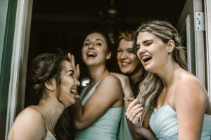 ドレスを着た4人の女子